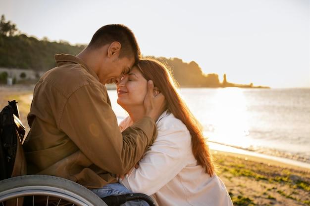休暇中のミディアムショットのロマンチックなカップル