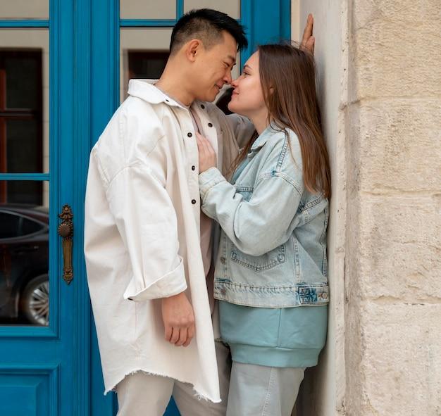 ミディアムショットのロマンチックなカップルの屋外