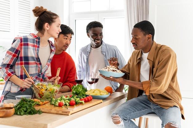 Соседи по комнате среднего кадра смотрят на тарелку