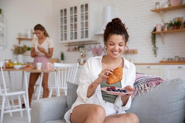 Средние соседи по комнате с вкусной едой
