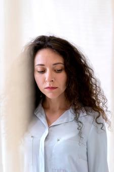 중간 샷 슬픈 여자 초상화