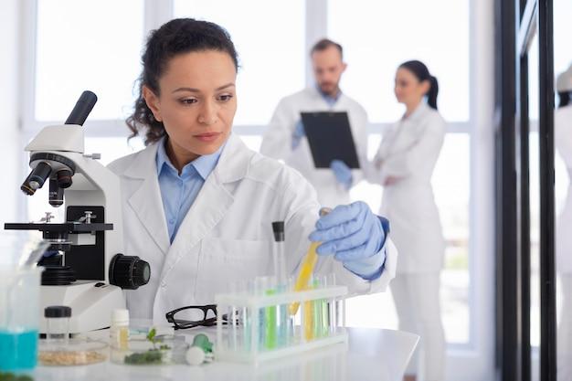 중간 샷 과학자 쥠 튜브