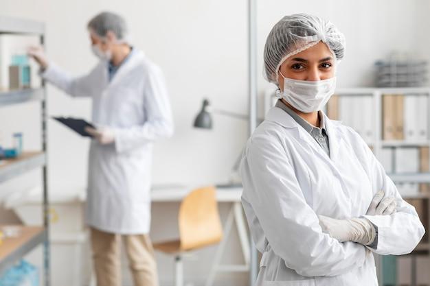 실험실에서 포즈를 취하는 중진공 상태 샷 과학자