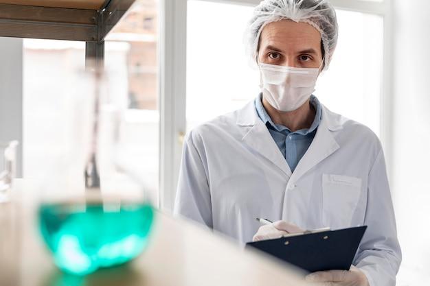 중진공 상태 샷 과학자 입고 마스크