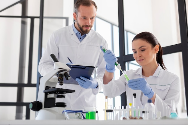 실험실에서 중간 샷 과학자