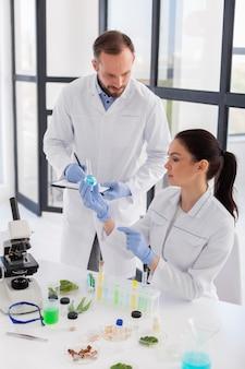 중간 샷 과학자 실험실