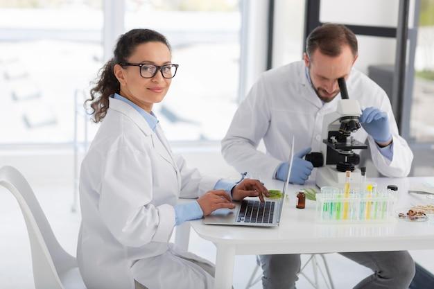 실험실 코트를 입은 미디엄 샷 과학자