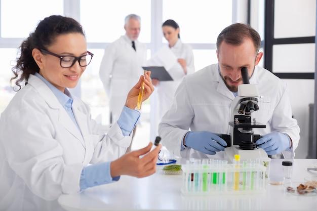 함께 일하는 중간 샷 과학자