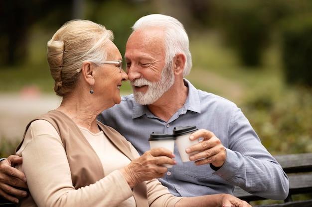 ミディアムショットの年配のカップルが恋をしている