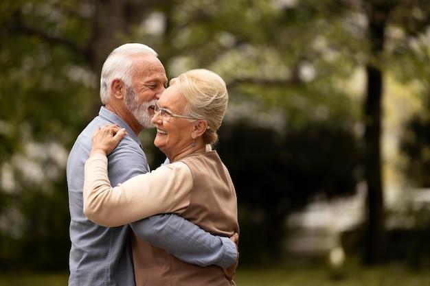 Средний выстрел старшая пара танцует