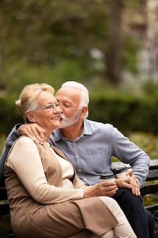 自然の中でミディアムショットの年配のカップル