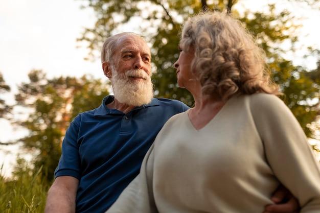 公園でミディアムショットの年配のカップル