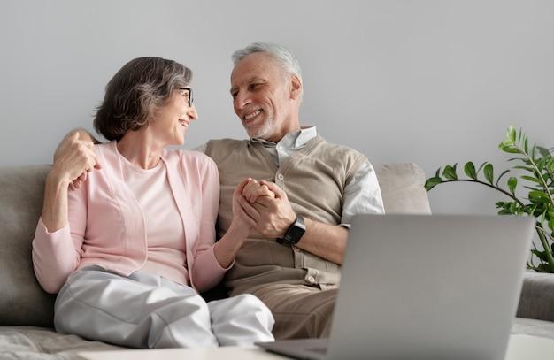 Средний снимок старшей пары в помещении