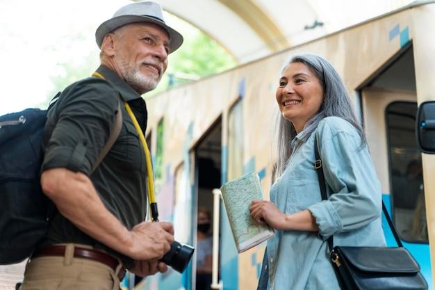 Средний снимок старшей пары, путешествующей