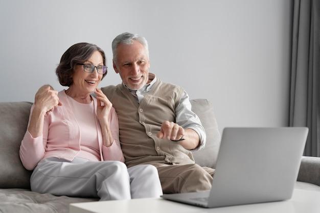 노트북과 중간 샷 수석 부부