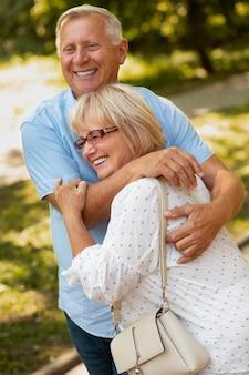 Старшие друзья среднего выстрела обнимаются