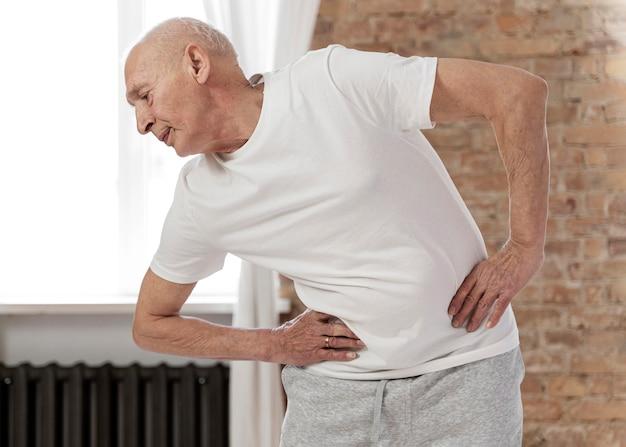 ミディアムショットの年配の男性が運動している