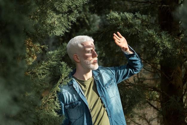 自然の中のミディアムショットの年配の男性