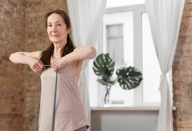 ミディアムショットの年配の女性のトレーニング