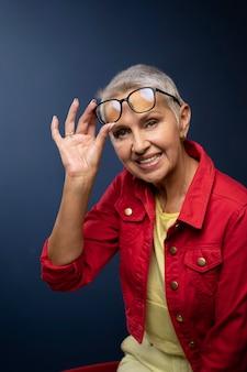 眼鏡をかけたミディアムショットの年配の女性