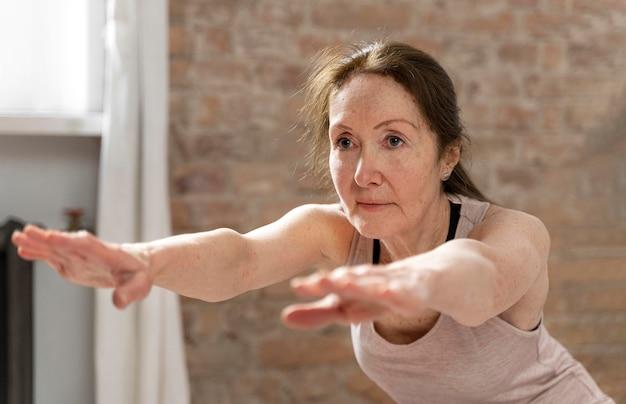 ミディアムショットの年配の女性がワークアウト