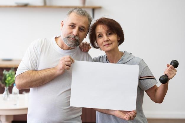 Anziani del colpo medio che tengono la bandiera