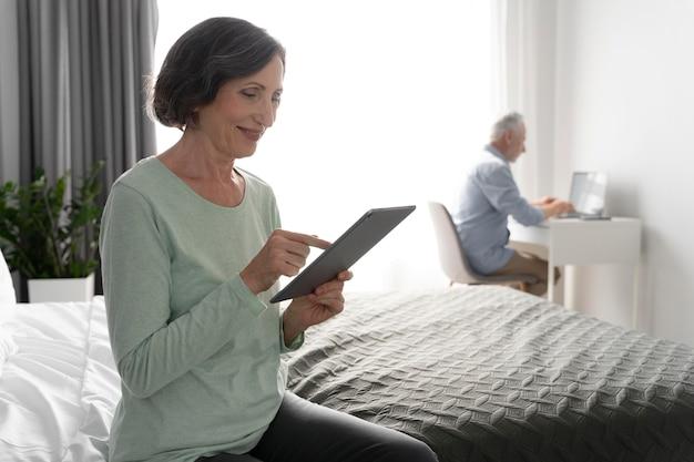 Пожилые люди среднего роста с устройствами