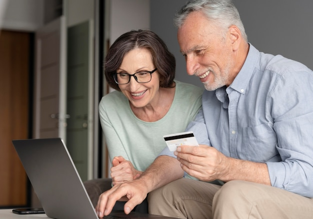 Пожилые люди среднего роста с ноутбуком