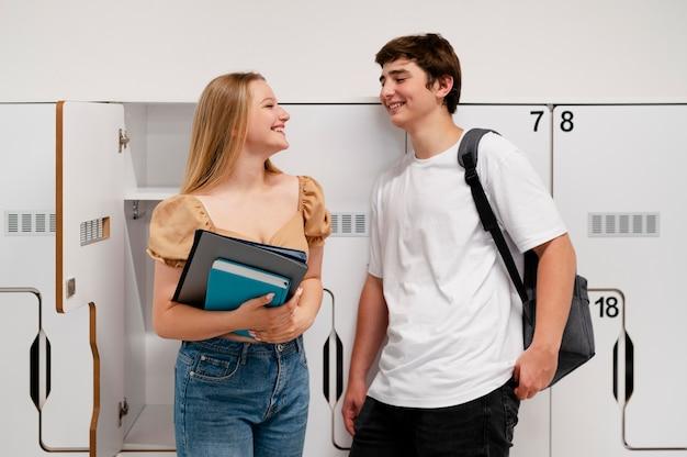 중간 샷 웃는 소년과 소녀