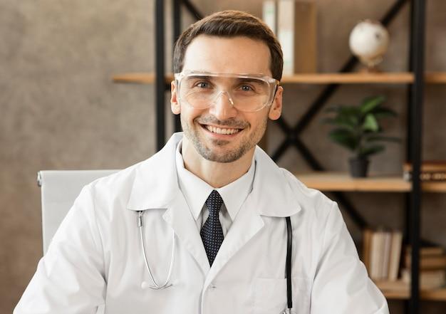 Смайлик среднего кадра в очках