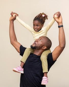 ミディアムショットスマイリー父抱っこ女の子