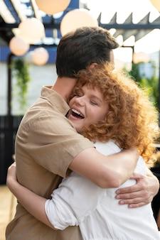 포옹 하는 중간 샷 웃는 친구