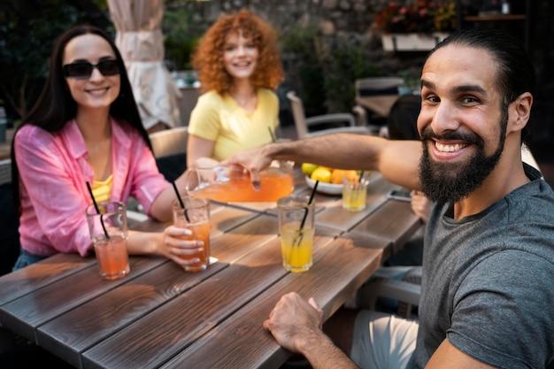 음료와 함께 중간 샷 웃는 친구
