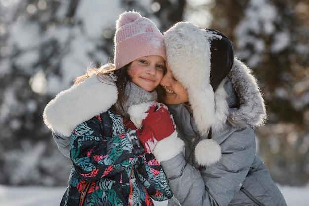 Средний снимок смайлика девушки и женщины