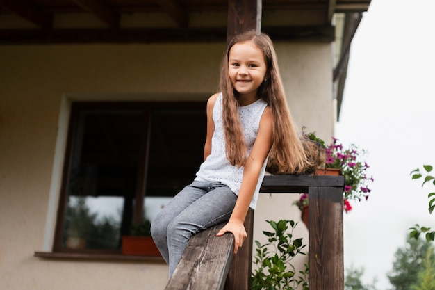 Улыбающаяся девочка среднего размера на открытом воздухе