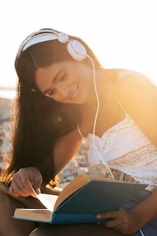 Улыбающаяся девочка среднего кадра читает