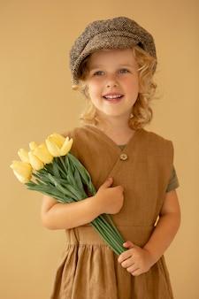 꽃과 함께 중간 샷 웃는 소녀