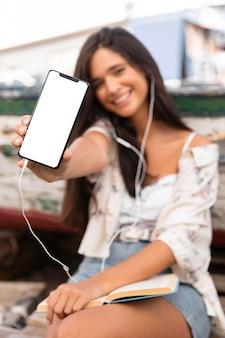 Смайлик среднего кадра со смартфоном