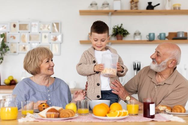 ミディアムショットのスマイリー祖父母と少年