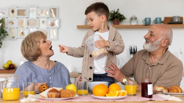 Medium shot smiley grandparents and kid