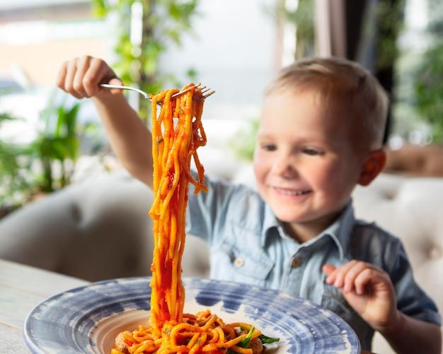 스파게티와 중간 샷 웃는 아이