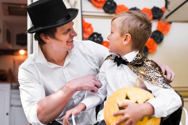 Улыбающийся мужчина и ребенок среднего кадра