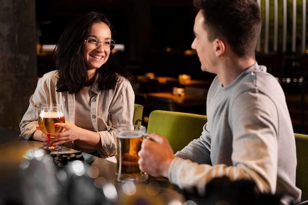 중간 샷 웃는 남자와 여자