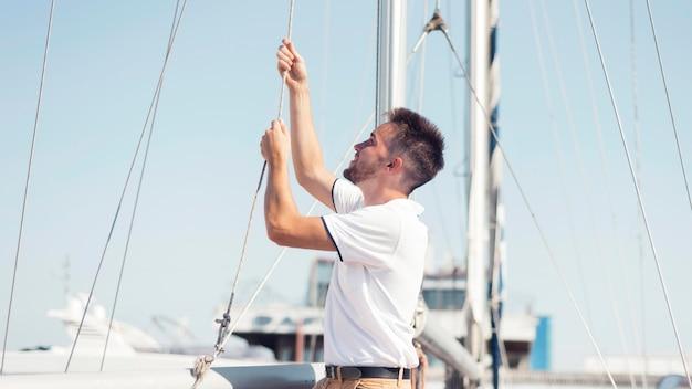 Uomo di smiley del colpo medio sulla barca