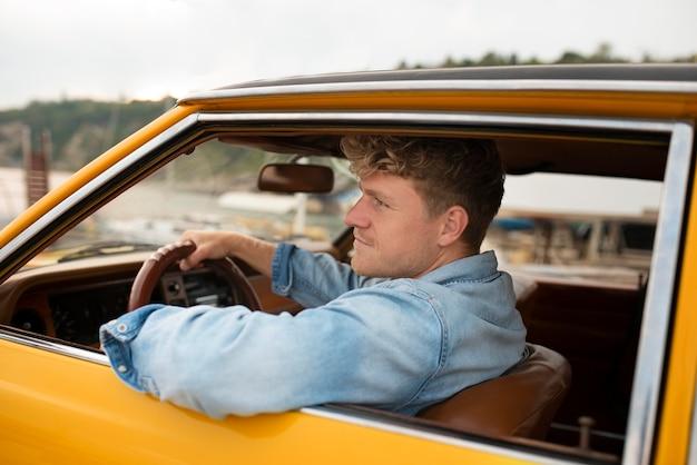 중간 샷 웃는 남자 운전 차량