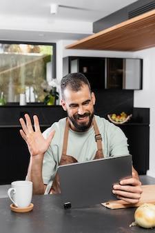 중간 샷 웃는 남자 지주 태블릿
