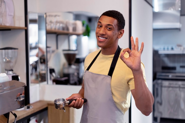 Средний снимок смайлика, заваривающего кофе