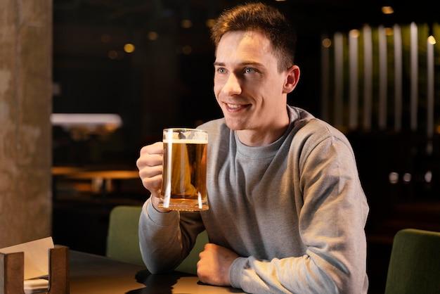 맥주와 함께 중간 샷 웃는 남자