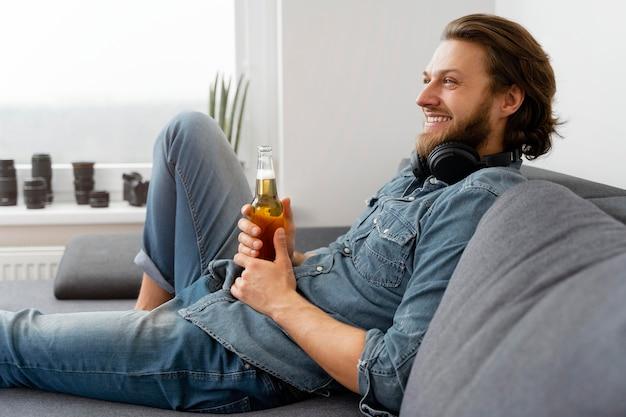 飲み物とミディアムショットのスマイリー男