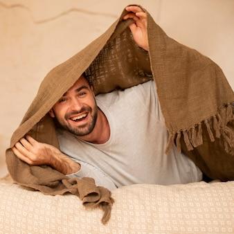 Средний снимок смайлика с одеялом